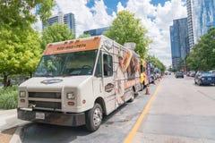 Jedzenie ciężarowy sprzedawca z klienta zakupem i smak rozmaitością jedzenie Obrazy Royalty Free