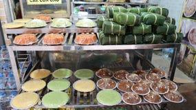 Jedzenie dla cześć & x22; xoi che& x22; , & x22; chung cake& x22; Brzęczenia noi, Wietnam Fotografia Stock