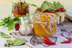 Jedzenie Domowej roboty żniwo konserwacja Żywienioniowy jarzynowy puree zucchini, bania, marchewka, pieprz z pikantność, czosnek  fotografia stock