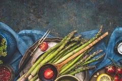 Jedzenie granica z zielonym asparagusem, pomidorami, cytryną i innymi składnikami dla smakowitego szparagowego kucharstwa, Zielon Zdjęcia Royalty Free