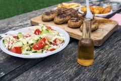 Jedzenie i alkohol na drewnianym stole Zdjęcie Royalty Free