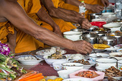 Jedzenie i napój dla michaelita w tradycyjnym obrządzie religijna w świątyni zdjęcia royalty free