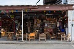 Jedzenie i sklep z kawą przy pociągu rynkiem, srinakarin droga, Bangkok, Obrazy Royalty Free
