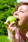 jedzenie jabłczanej zielone pretty woman Obrazy Royalty Free