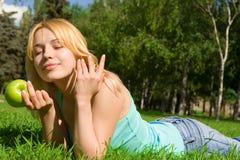 jedzenie jabłczanej zielone pretty woman Zdjęcia Royalty Free