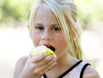 jedzenie jabłczana dziewczyna Zdjęcie Royalty Free