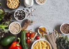 Jedzenie jarski ogórek background Set jarscy produkty na szarość stole, odgórny widok Zdrowy, diety jedzenia pojęcie Zdjęcie Stock