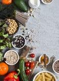 Jedzenie jarski ogórek background Set jarscy produkty na szarość stole, odgórny widok Zdrowy, diety jedzenia pojęcie Obraz Royalty Free