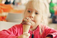 jedzenie kremowy dziewczyny lodu zdjęcie stock