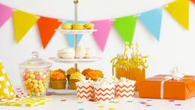 Jedzenie, napoje i prezent urodzinowy przy przyjęciem, zbiory wideo