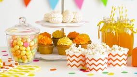 Jedzenie, napoje i prezent urodzinowy przy przyjęciem, zdjęcie wideo