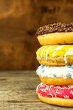 jedzenie niezdrowy Donuts na Drewnianym stole Niebezpieczeństwa otyłość i cukrzyce Sprzedaże cukierki Donuts dla śniadania zdjęcie stock