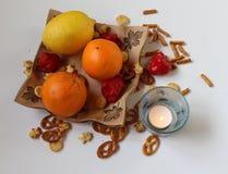 Jedzenie - owoc na ceramicznym pucharze z czerwonymi pieprzami, sól kijami i Halloweenową świeczką, Obrazy Royalty Free