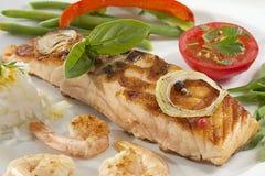 Jedzenie - Piec na grillu łosoś. Fotografia Stock