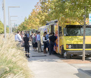 Jedzenie przewozi samochodem porcja urzędników przy porą lunchu, w Dallas Obrazy Stock