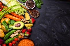 Jedzenie rama z warzywami, owoc i fasolami, zdjęcie stock