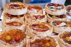 Jedzenie rynek w Normandy: camembert ser zdjęcie royalty free