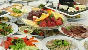 Jedzenie słuzyć na stole Szwedzki stół: mięso, ryż, makaron, sałatki, różnorodni torty i ciasta, zdjęcie royalty free