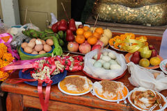 Jedzenie stawiał jako ofiary na stole w podwórzu buddyjska świątynia w Suphan Buri (Tajlandia) obrazy royalty free