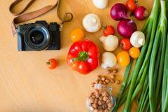 Jedzenie strzelał świezi warzywa które kłamają na drewnianym stole fotografia royalty free