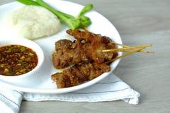 Jedzenie Tajlandia Barbecued wieprzowina grilla menu z kleistymi ryż i korzennym warzywem na bielu chili soj kumberlandu zieleni  zdjęcie stock