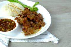 Jedzenie Tajlandia Barbecued wieprzowina grilla menu z kleistymi ryż i korzennym warzywem na bielu chili soj kumberlandu zieleni  obrazy royalty free