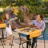 jedzenie target681_0_ kobiety jej poolside Zdjęcie Stock