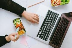 Jedzenie w biurze Zdrowy lunch dla pracy zdjęcie royalty free