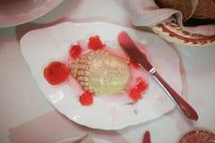 Jedzenie z budda twarzą kłaść na talerzu na stole z nife zdjęcia stock