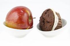 Jedzenie - Zdrowy versus niezdrowy Fotografia Stock
