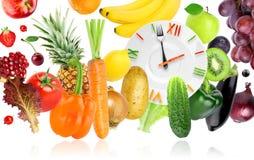 Jedzenie zegar z owoc i warzywo fotografia stock