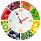 Jedzenie zegar z warzywami i owoc Fotografia Royalty Free