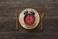 Jedzenie zegar Zdrowy karmowy pojęcie na drewnianym stole Zdjęcie Stock