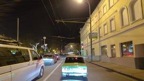 Jedzie przez ruchu drogowego samochody w Moskwa mieście zbiory