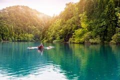 Jedzie w rowboat w Plitvice jezior krajowym parku Zdjęcie Royalty Free