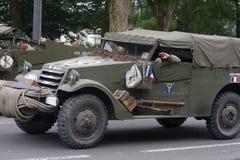 Jeep américaine de la deuxième guerre mondiale défilant pour le jour national du 14 juillet, France Photos stock