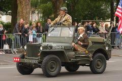 Jeep americano de la Segunda Guerra Mundial que desfila para el día nacional del 14 de julio, Francia Imagen de archivo libre de regalías