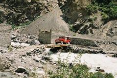 Jeep au-dessus de passerelle Photographie stock