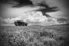 Jeep auf einem Berg in Utah in Schwarzweiss Lizenzfreies Stockbild