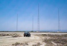 Jeep auf einer Wüstenbahn Lizenzfreie Stockfotos