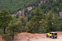 Jeep 4x4 auf Rand der Klippe Stockfotografie
