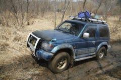 Jeep avec des roues de tache floue de mouvement Photos stock