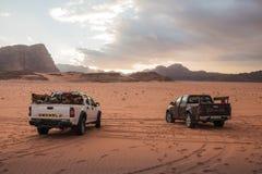 Jeep beduino del coche del ` s en el desierto de Wadi Rum en Jordania fotografía de archivo