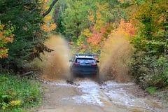 Jeep Cherokee TrailHawk 4x4, der waterhole durchläuft Stockfotografie