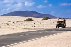 Jeep dans le désert Image stock