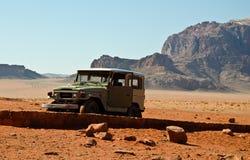 Jeep dans le désert Photographie stock libre de droits