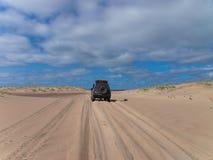 Jeep dans le désert Photographie stock