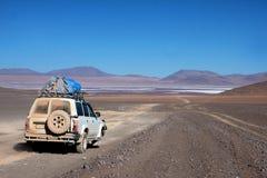 Jeep dans le désert en Bolivie Photos stock