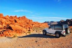 Jeep dans les montagnes images stock
