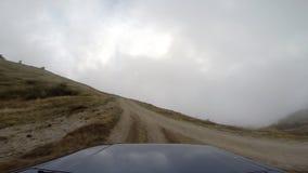 Jeep dans les montagnes aller-pro banque de vidéos